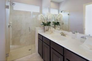 3-baie moderna frumoasa decorata cu o orhidee