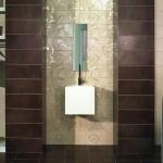 3-baie moderna maro faianta imprimeu decorativ decor perete lavoar si oglinda