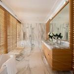 3-baie moderna minimalista finisata cu marmura alba cu striatii negre