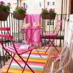 3-balcon mic si cochet dotat cu mobila colorata si flori ciclam