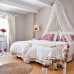 3-baldachin din voal fixat pe un suport prins de tavan deasupra patului