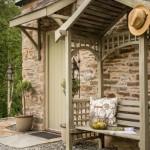 3-bancuta din lemn construita langa intrarea in cabana din piatra naturala