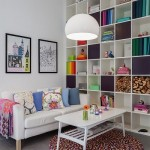 3-biblioteca alba cu multe accente colorate decor living mic aprter apartament cu scara interioara