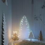 3-bradut alb din placaj montat pe perete cu iluminat ascuns in spate