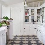 3-bucatarie alba casa mica vintage amenajata in alb si rosu