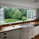 3-bucatarie cu chiuveta la fereastra cu priveliste frumoasa