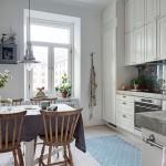3-bucatarie mare cu mobila alba si tapet imprimeu floral aplicat pe perete