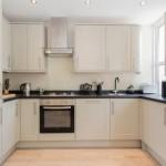 3-bucatarie moderna alba cu blat de lucru negru