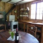 3 bucatarie si loc de luat masa stil rustic cu godin din fier interior casuta din lemn