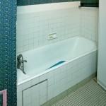 3-cada placata cu faianta alba decor baie veche inainte de renovare