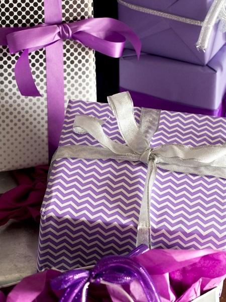 3-cadouri de Craciun impachetate in hartie alba si violet