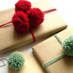 3-cadouri impachetate in hartie simpla legate cu sfoara si pampoane