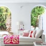 3-canapea bancheta alba decorata cu textile de culoare rosie