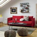 3-canapea culoare rosie decor living cu peretii zugraviti in alb
