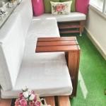 3-canapea din paleti de lemn in amenajarea unui balcon obisnuit de apartament