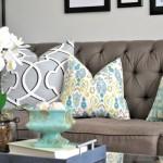 3-canapea gri cu pernute decorative in nuante de bleu