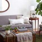 3-canapea gri in decor elegant cu accesorii vernil si maro