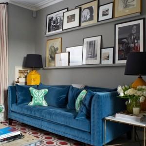 3-canapea retro din catifea albastru pe fundalul unui perete gri