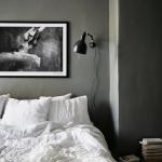 3-carti asezate pe noptiera de la capul patuluui dintr-un dormitor romantic