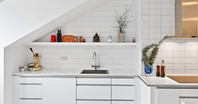3-chiuveta si dulapuri bucatarie sub tavan inclinat mansarda