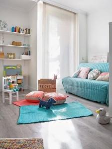 3-colt colorat in nuante de bleu si joz loc de joaca in livingul apartamentului