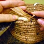 3-confectionarea unui cos impletit din pungi de plastic reciclate