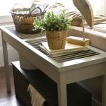3-consola alba din lemn asezata in spatele canaoelei din sufragerie
