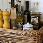 3-cos impletit pentru organizarea condimentelor si a sticlelor de ulei si otet pe blatul din bucatarie