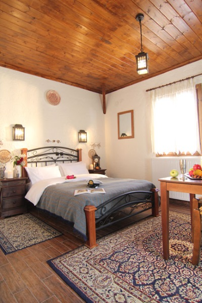 decor rustic camera hotel vama Grecia
