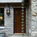 3-decoratiune exterior casa mica din piatra construita in stil Tudor