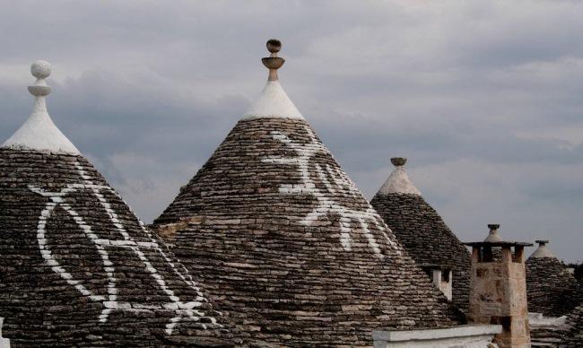 3-desene pe acoperisurile caselor trulli alberobello italia