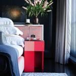3-dormitor cu pereti gri farte inchis mobila si accesorii roz si rosu