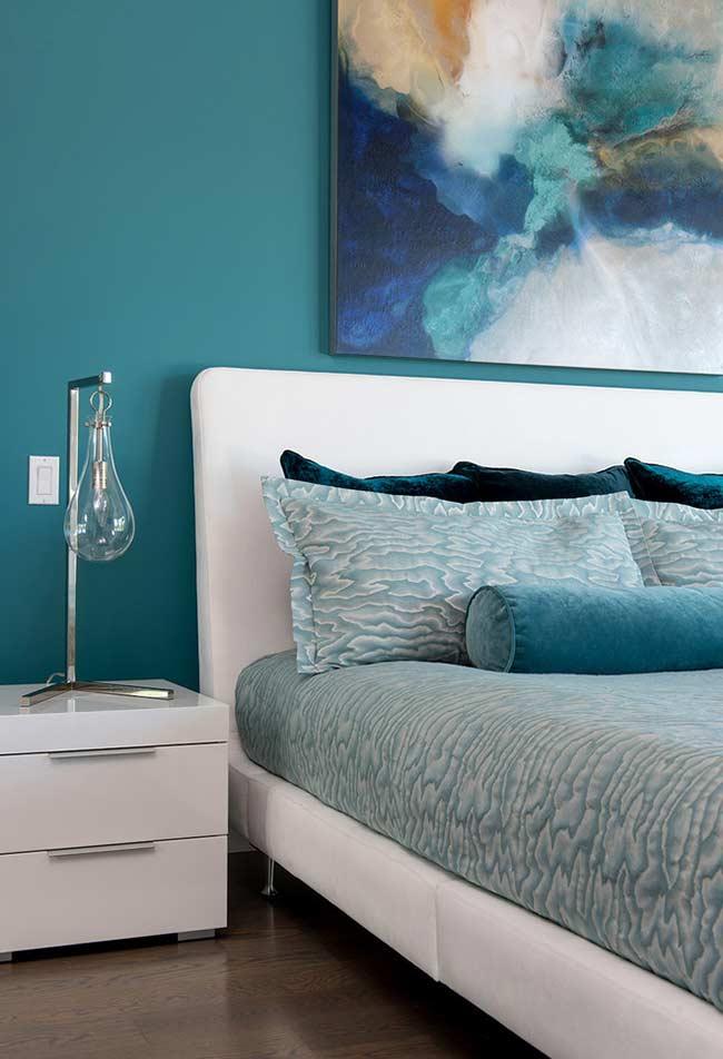 dormitor decorat bleu accente bleumarin galben pal