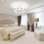 3-dormitor elegant cu pardoseala deschisa plinta alba si pereti cu tapet crem auriu