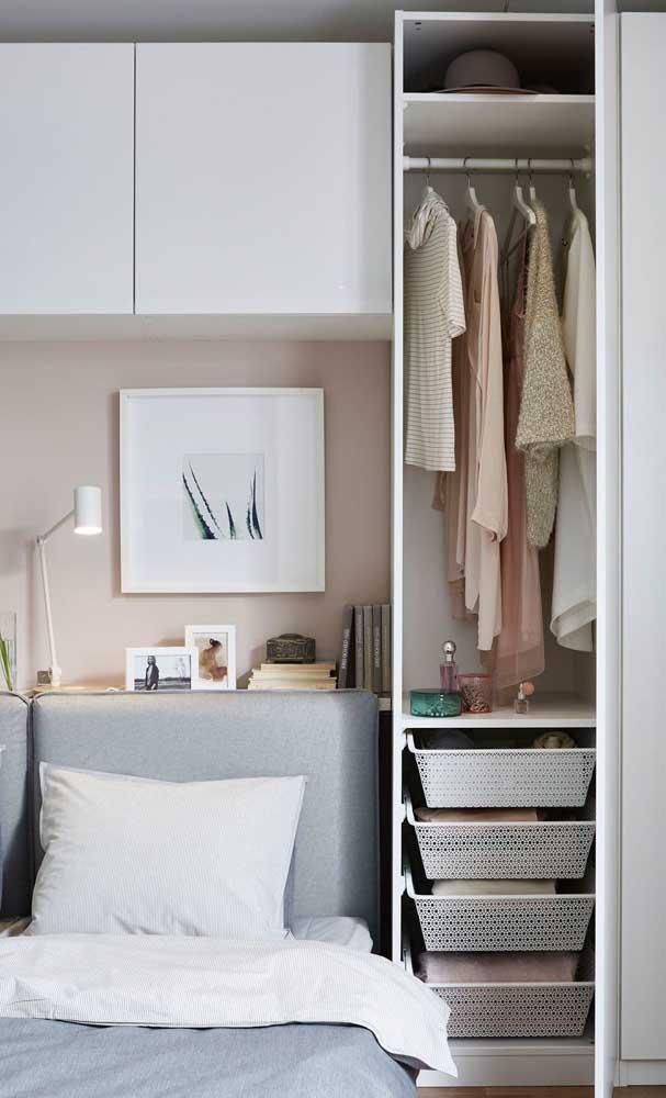 dulap haine dormitor ingust perete capul patului