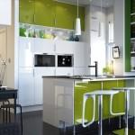 3-dulapuri proiectate pe un intreg perete mobila bucatarie mica deschisa spre living