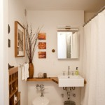 3-exemplu amenajare baie mica in alb cu mobilier minimalist din lemn