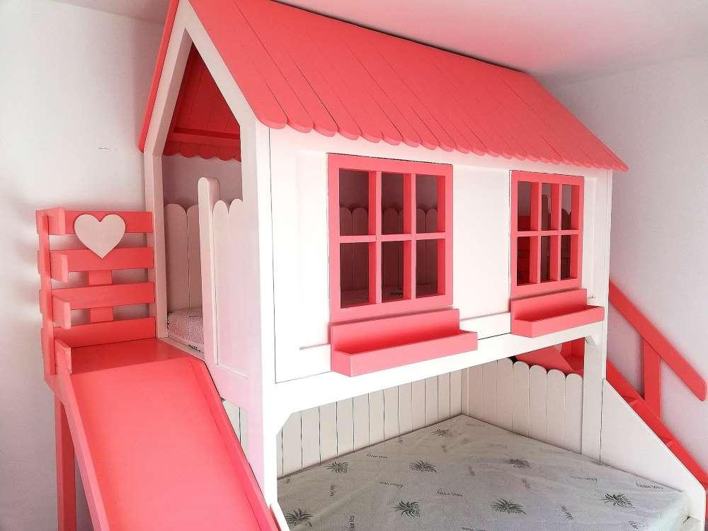 3-ferestre-jardiniere-acoperis-roz-pat-casuta-alb