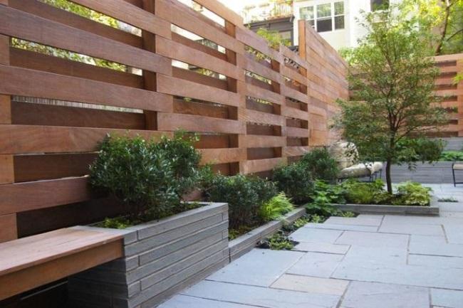 3-gard curte din scanduri de lemn montate intercalat in pozitie orizontala