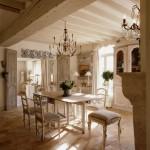 3-interior casa cu usi si grinzi originale din lemn