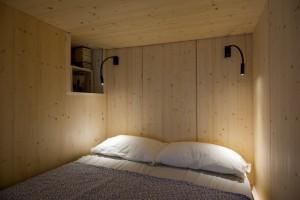 3-interiorul-dulapului-suspendat-placat-cu-panouri-din-lemn-de-pin