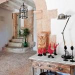 3-intrare in casa din piatra veche restaurata