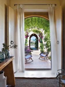 3-intrare in casa pe sub o bolta de bougainvillea casa Mallorca Spania
