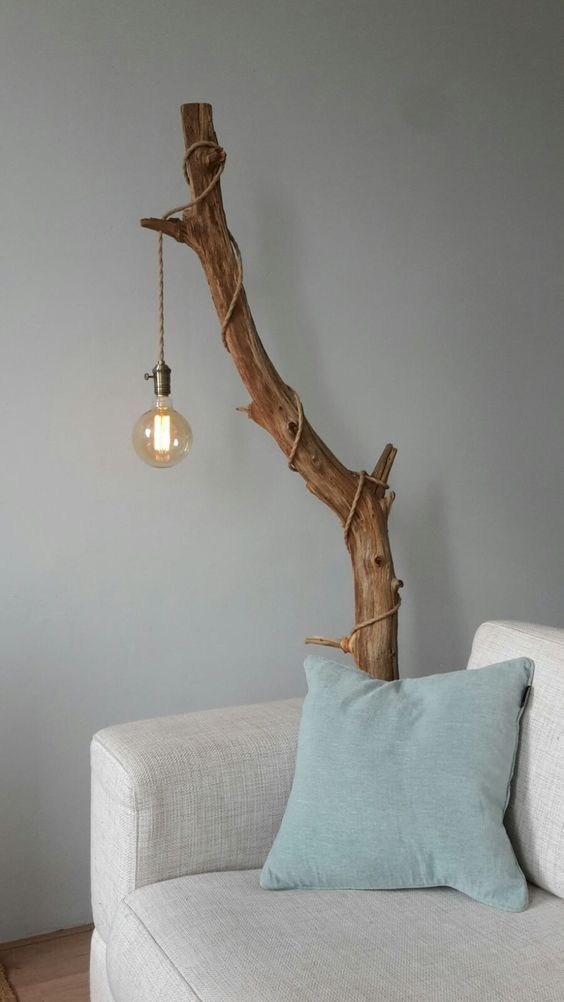 lampadar rustic DIY din trunchi de copac