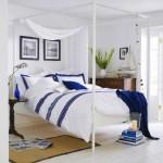 3-lenjerie de pat alba cu dungi albatre in amenajarea unui dormitor de inspiratie maritima