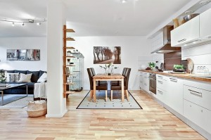 3-living bucatarie si loc de luat masa apartament mic doua camere