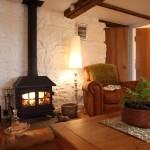 3-living cu soba de fier godin casa frumoasa din piatra