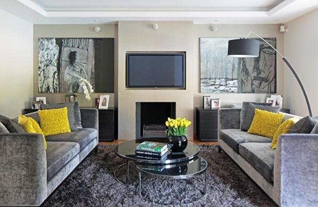 3-living modern cu mobila gri si accente colorate galbene