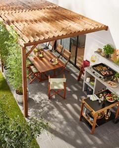 3-loc de luat masa amenajat la umbra unei pergole din lemn