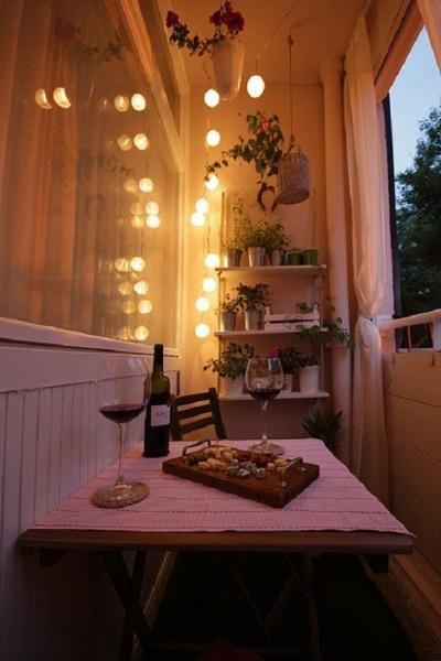 3-loc de luat masa intim amenajat in interiorul unui balcon mic